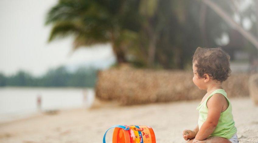 En la playa deja a tu bebé descalzo